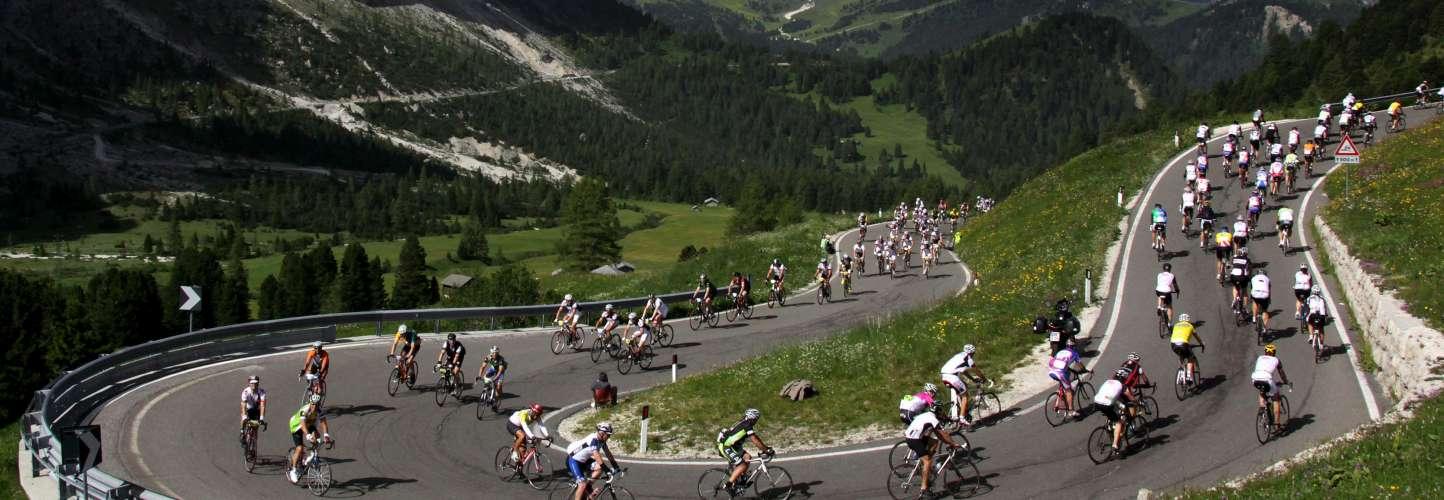 Fietsers tijdens de Maratona dles Dolomites