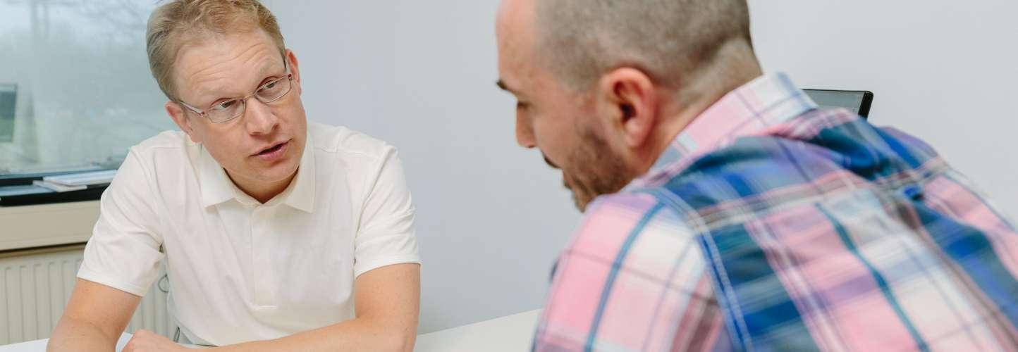 Sportarts in gesprek met een patiënt